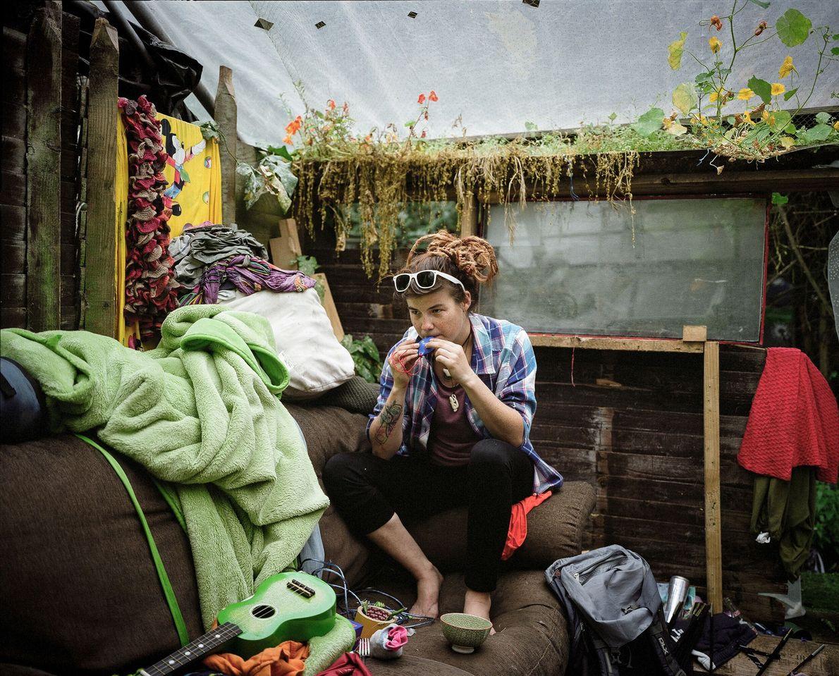 Una residente está sentada en su sala de estar decorada con flores silvestres.