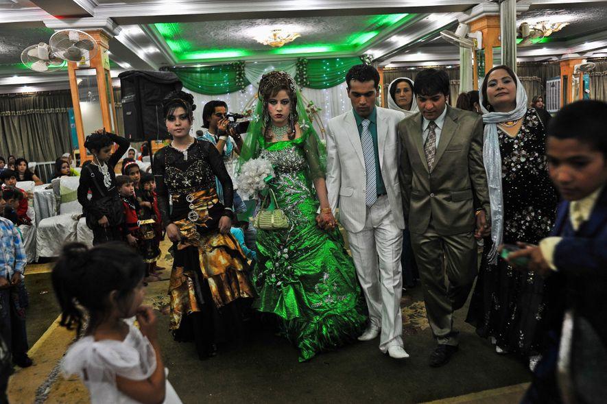 En esta boda en Kabul, Afganistán, la novia se vistió de verde, lo que está asociado ...