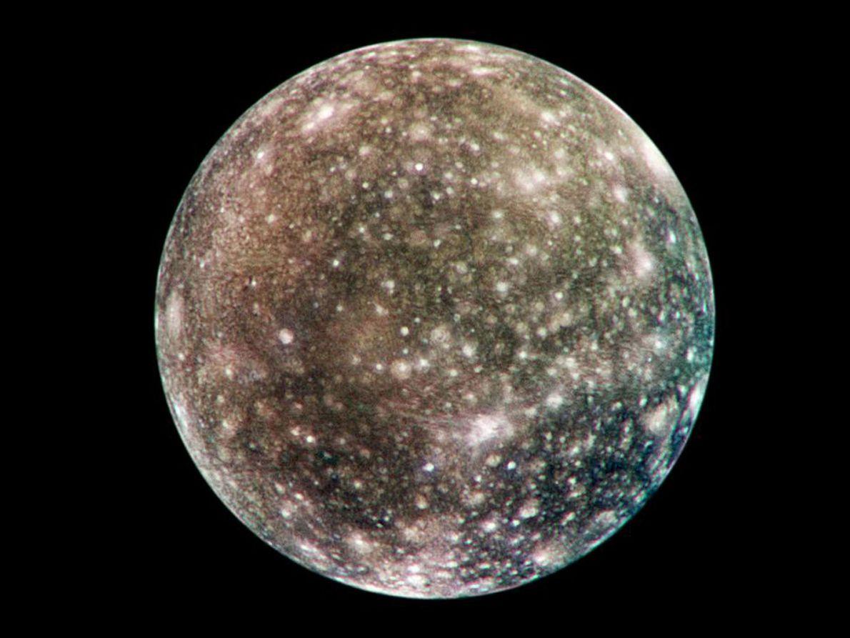 Este mapa global de la luna Calisto, basado en imágenes de la sonda espacial Galileo, muestra ...