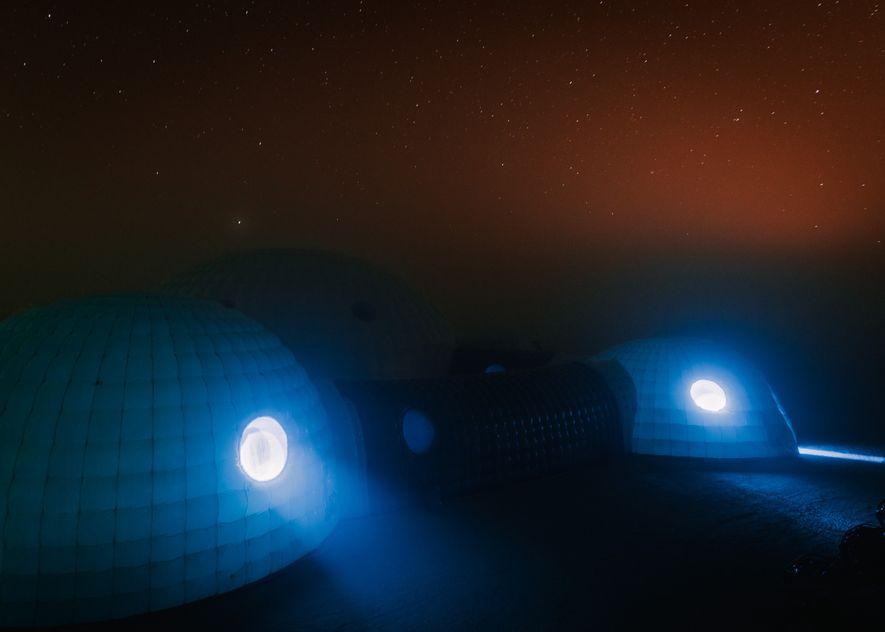 A la noche, las temperaturas en la Estación Kepler descienden por debajo del punto de condensación, ...