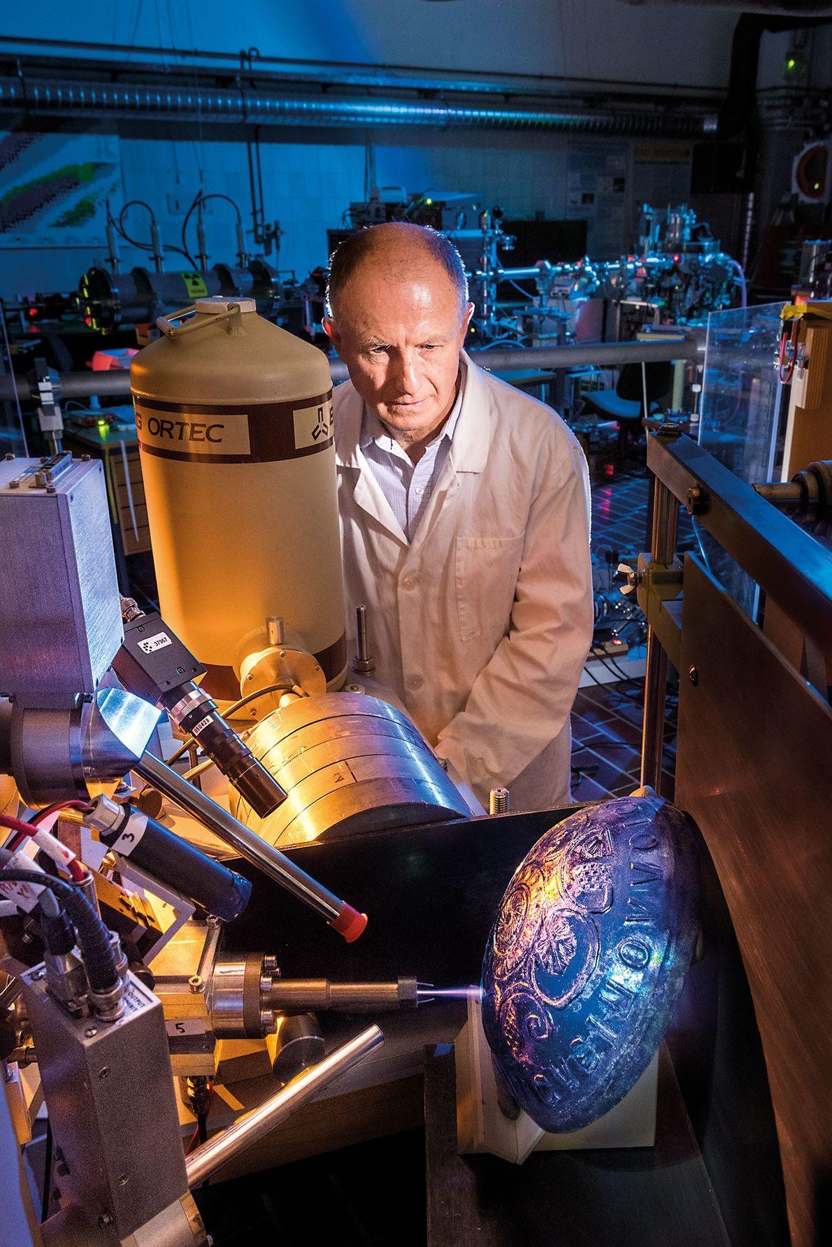 El Dr. Žiga Šmit se encuentra junto a un acelerador lineal que puede analizar la composición ...