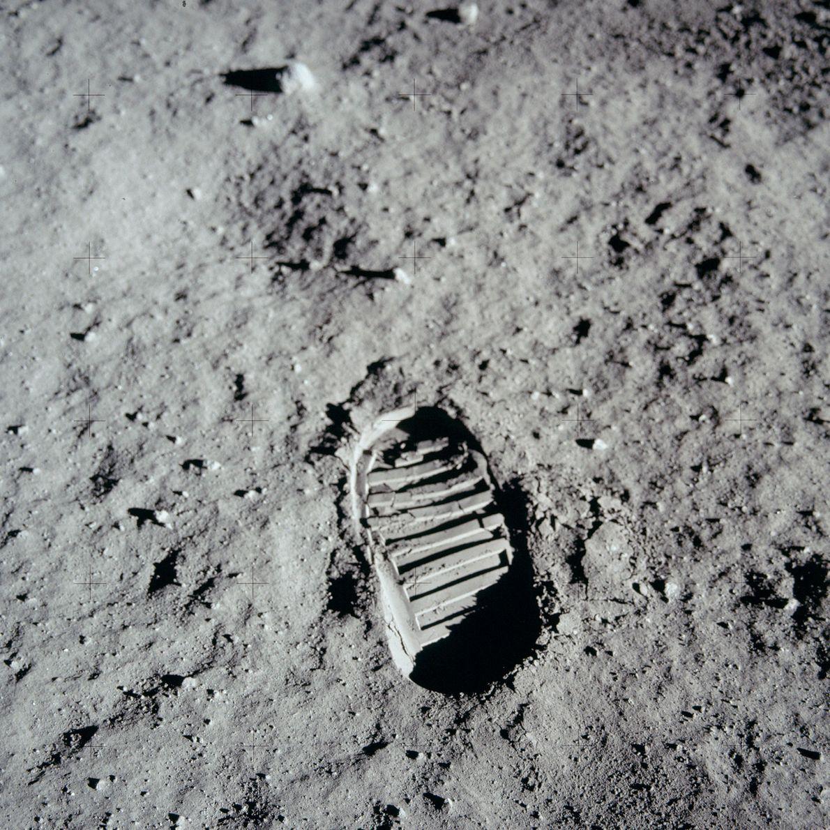 Las primeras huellas en la superficie de la Luna pertenecen al astronauta del Apolo 11, Neil ...