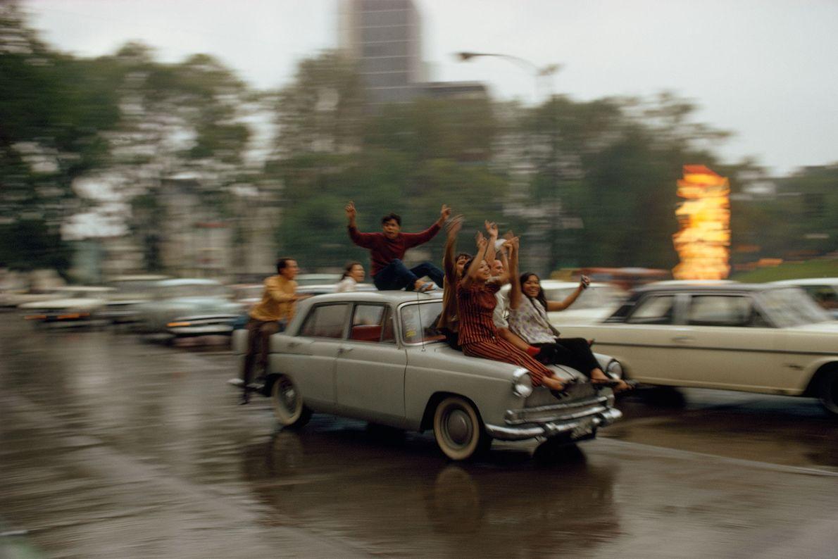 Lugareños celebran una victoria futbolística en las calles de la Ciudad de México, México, en 1973.