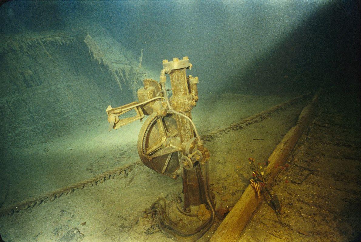 El telemotor que una vez sostuvo la rueda del barco permanece intacto debido a su construcción ...