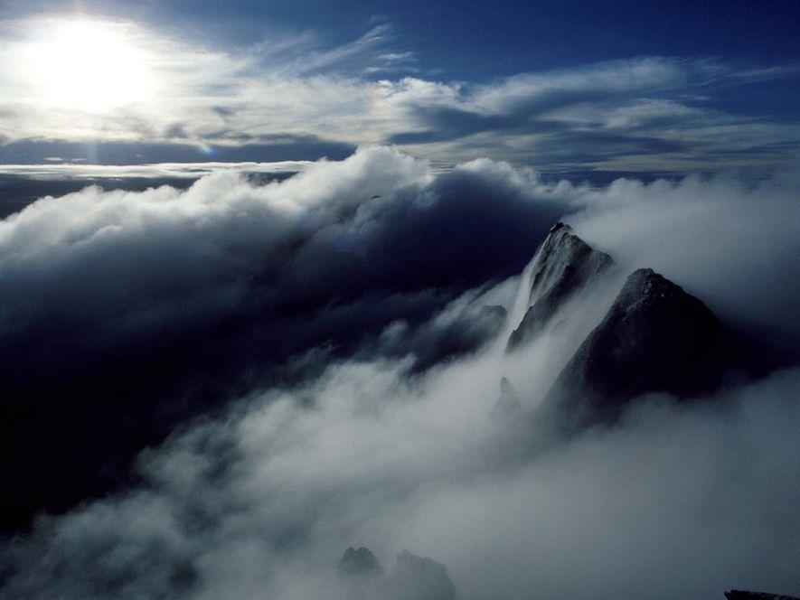 La niebla oculta la cumbre del monte Kinabalu, en Malasia, un pico de 4.101 metros en ...