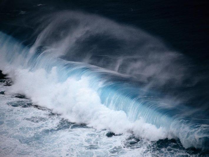 La espuma se dispersa cuando una gran ola rompe en la orilla de Palaos. El país ...