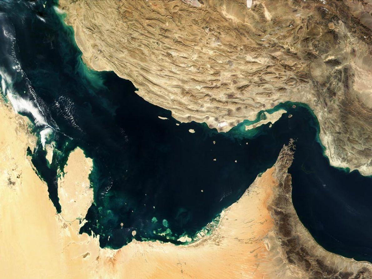 En el Golfo Pérsico, chocan dos placas tectónicas. La placa árabe (abajo a la izquierda) se ...