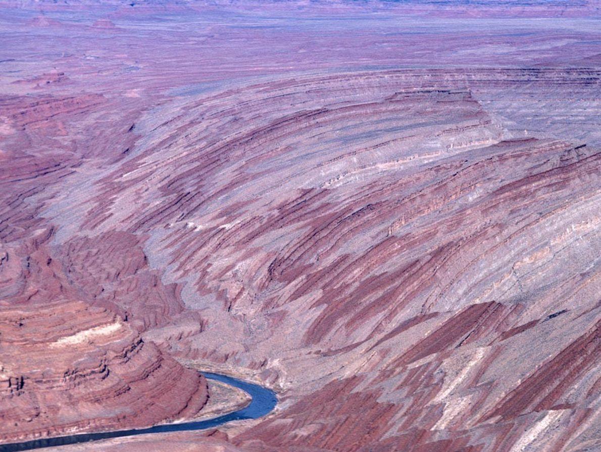 El Raplee Ridge, parte del Monument Upwarp en el sureste de Utah, es un anticlinal largo, ...