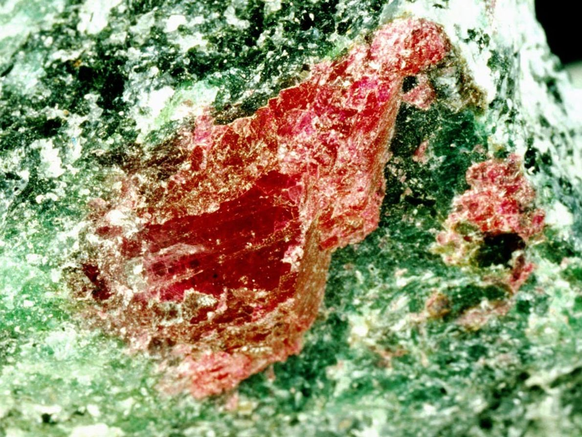 Los tonos verdes indican que este rubí de Tanzania todavía no ha sido pulido. Los rubíes, ...