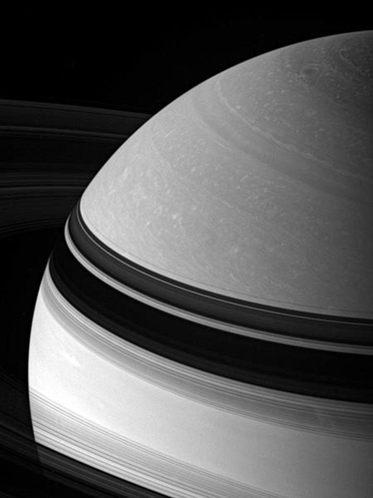 Nubes forman un remolino en Saturno, el segundo planeta más grande de nuestro sistema solar. Como ...
