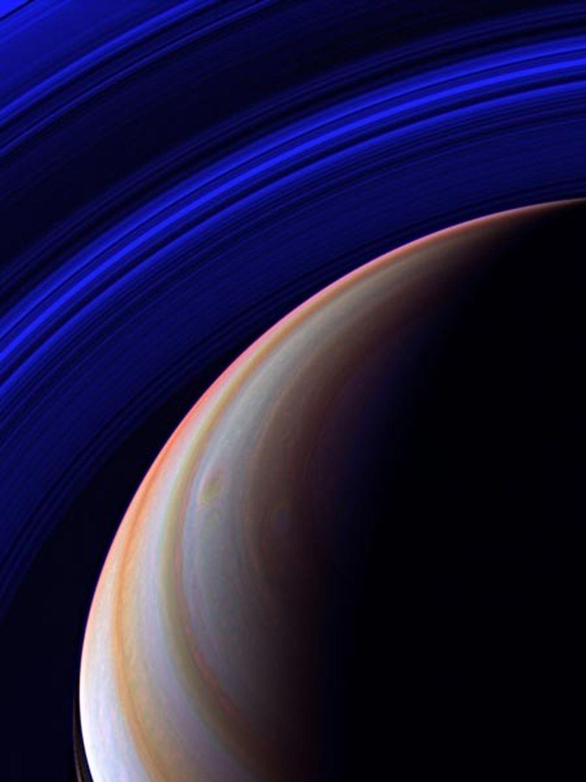 La nave espacial Cassini inspecciona el sistema de anillos extendido de Saturno en infrarrojo desde una ...
