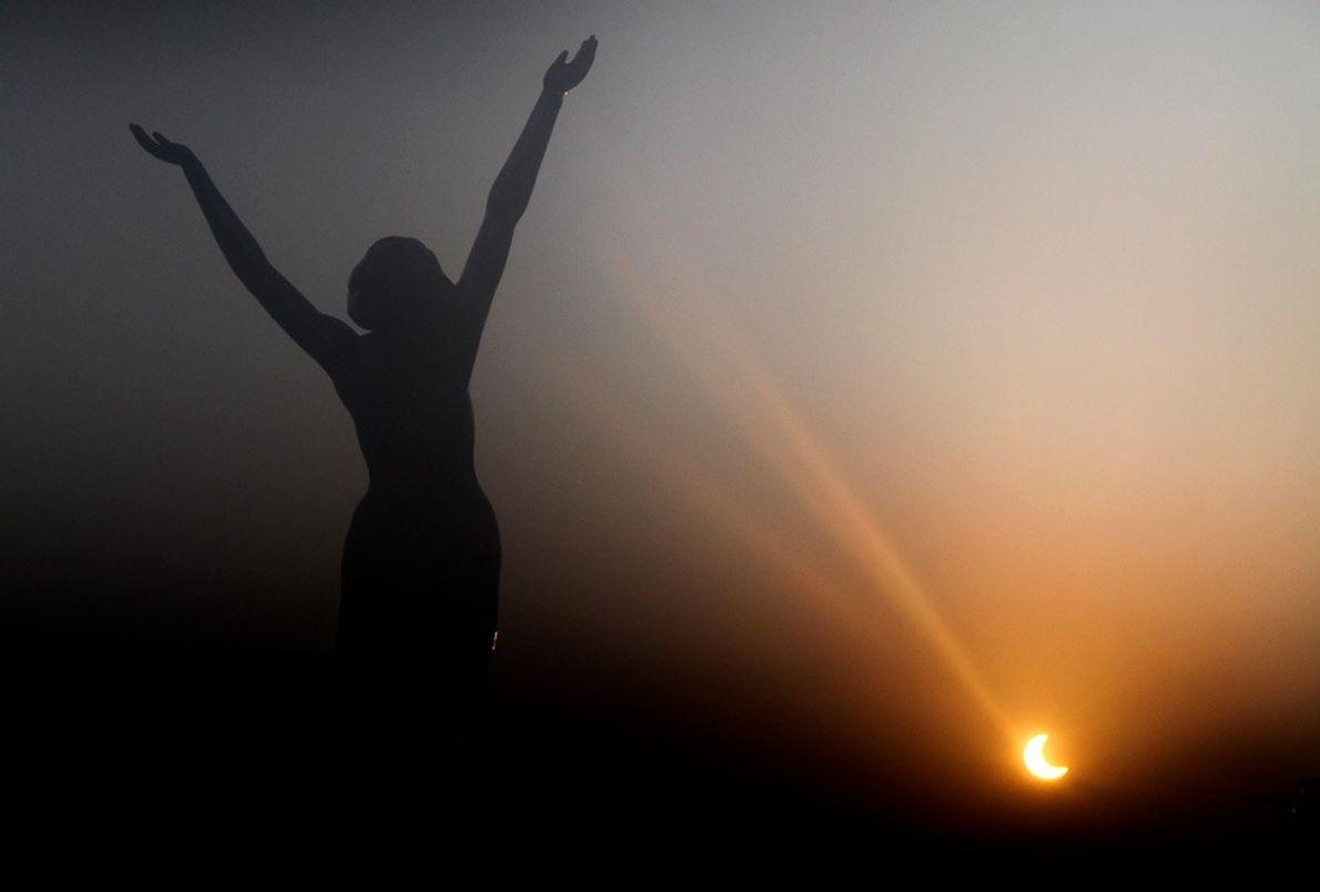 ESTATUA Y ECLIPSE El comienzo del eclipse anular del 15 de enero de 2010 baña de luz …