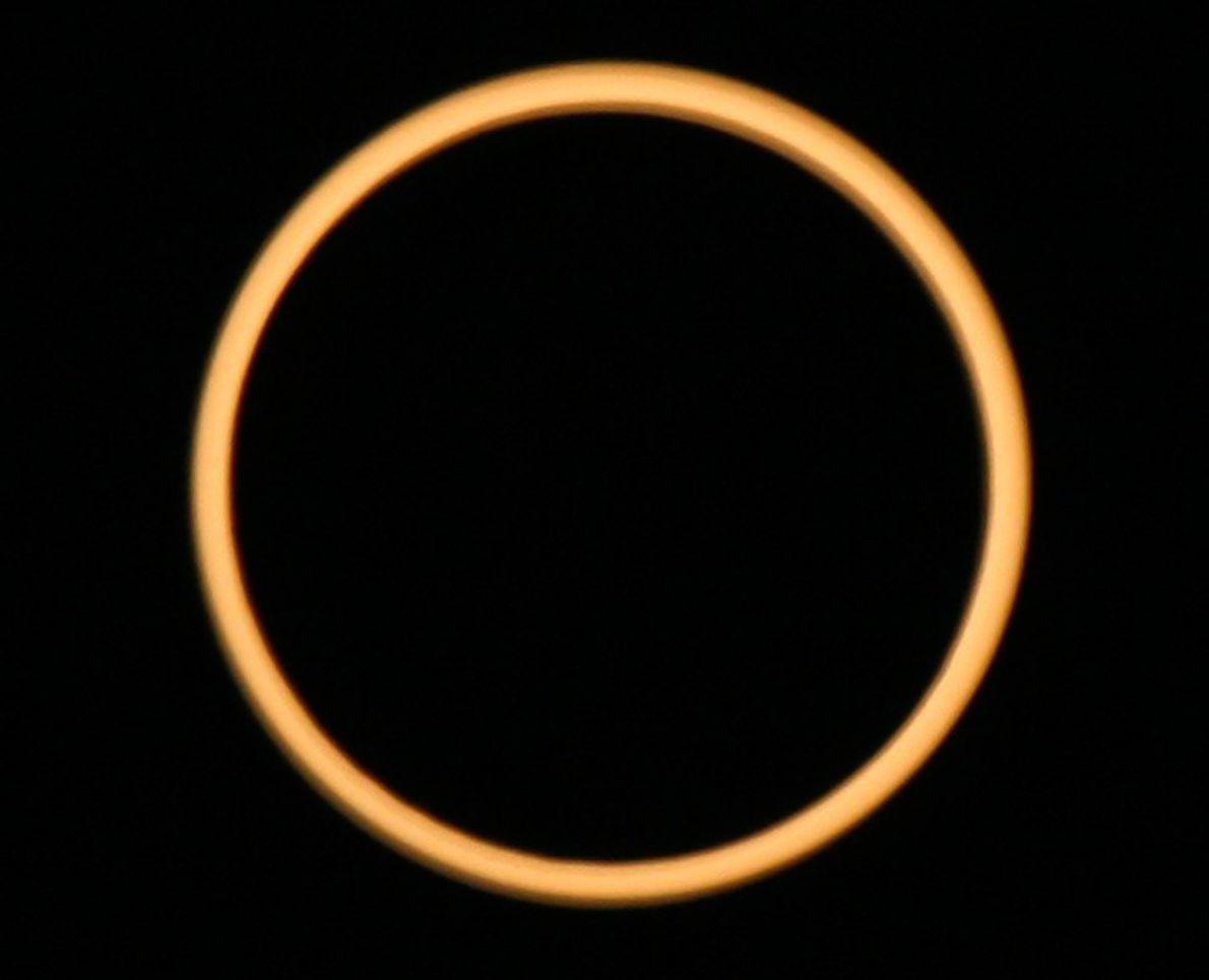 """ANILLO DE ECLIPSE EN INDIA  Aunque el """"anillo de fuego"""" creado por el eclipse anular del …"""