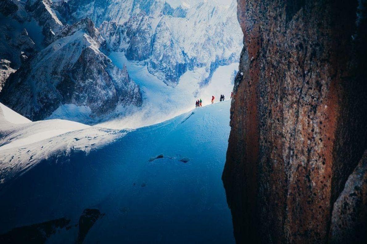 Imagen de montañistas que se dirigen a la cima del Mont Blanc.