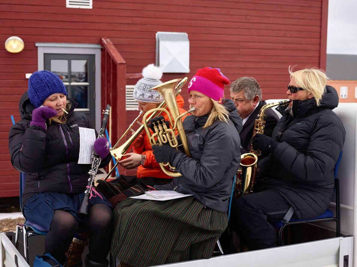 Los miembros del personal de la base y los trabajadores juegan en Ny-Ålesund para celebrar el ...