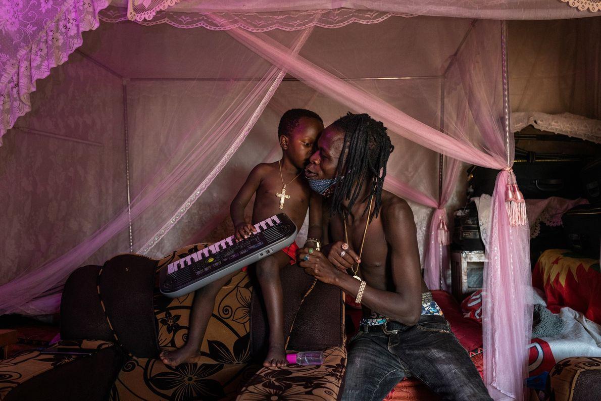 Daniel Owino, un músico que se hace llamar Futwax, y su hijo de cuatro años, Julian ...