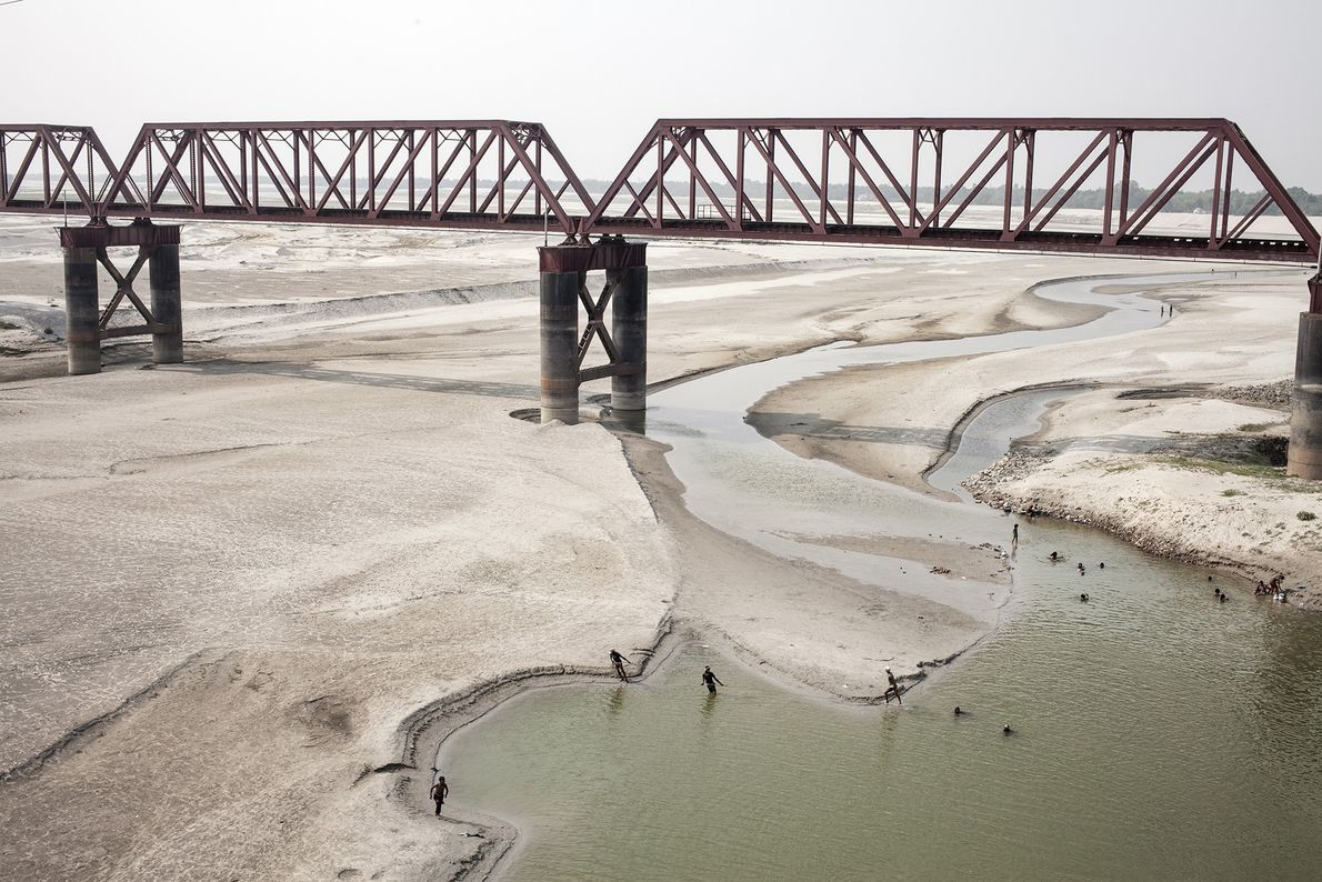 Cada año en la estación seca, las aguas del Ganges en el borde de Bangladesh se ...