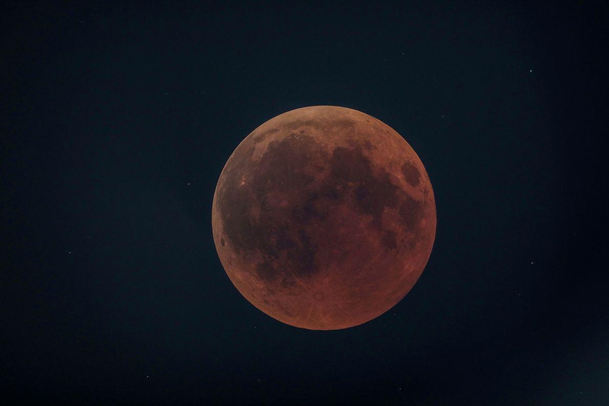 La luna de sangre sobre la localidad de Oloika, Kenia, el 27 de julio.