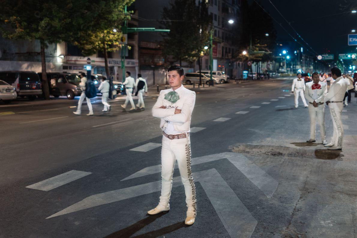 Jesús Méndez se encuentra en la avenida principal junto a la Plaza Garibaldi esperando para detener ...