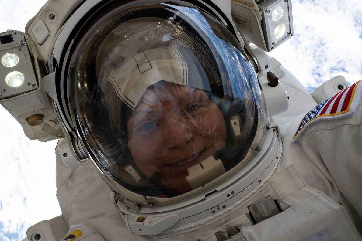 El 22 de marzo de 2019, la astronauta Anne McClain se tomó esta selfie espacial a ...