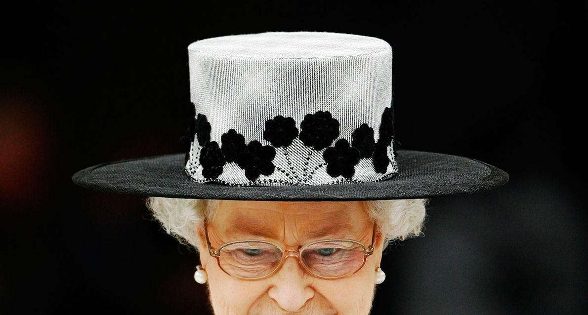 """""""Debo ser prácticamente la única persona que usa sombreros todo el tiempo"""", le escribió la reina ..."""