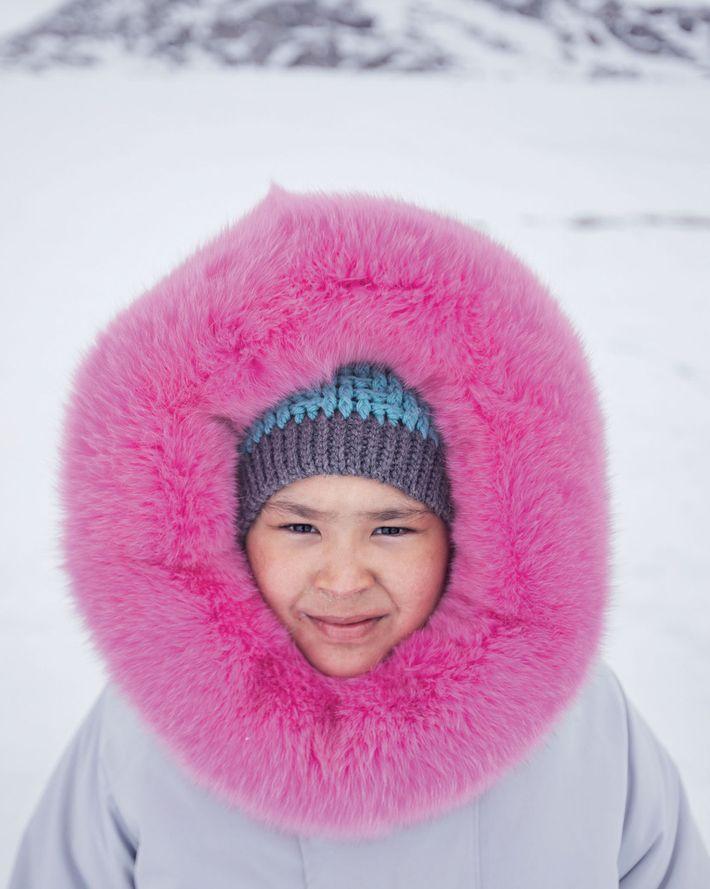 Ashley Hughes, que lleva una parca tejida por su madre, pasó su décimo cumpleaños de acampada ...
