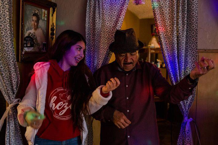Maleny Barba y su abuelo, Dagoberto Chávez, tocan su guitarra invisible junto con una canción de ...