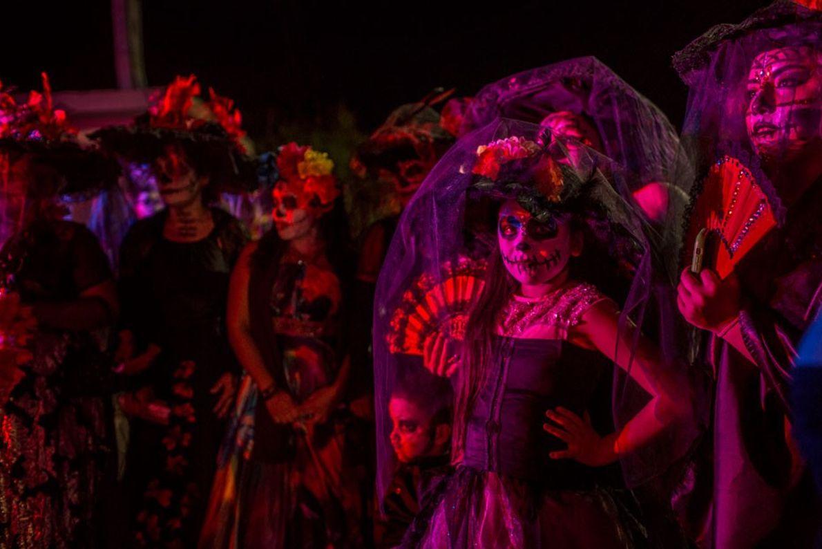 Residentes de Allende, México, participan del desfile del Día de Muertos.