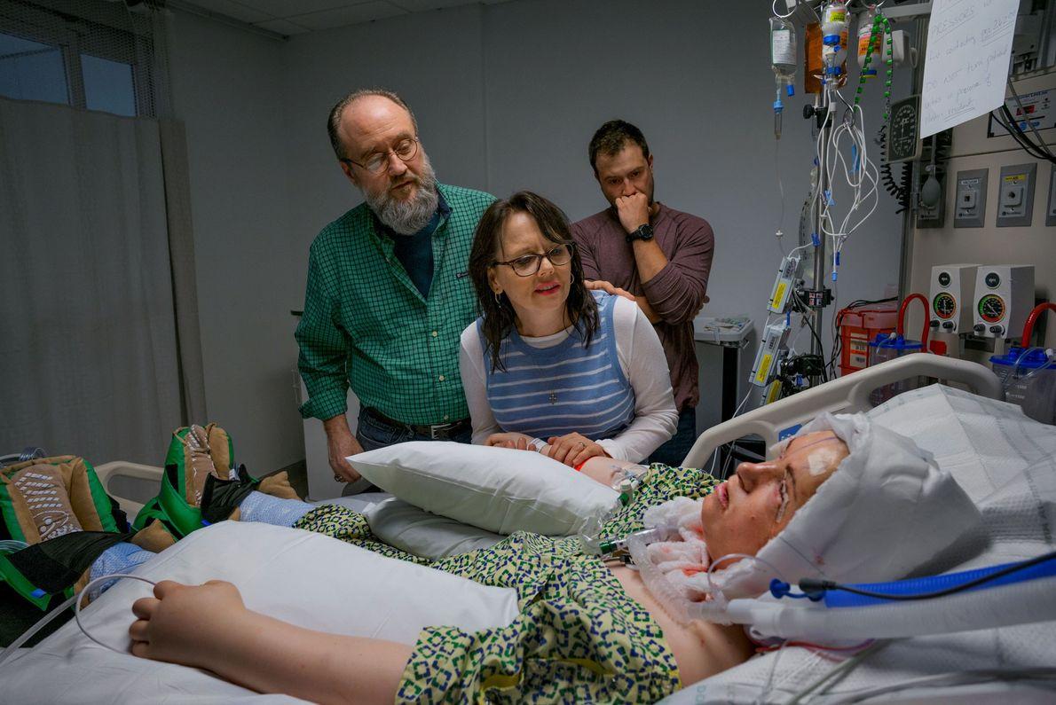 La familia de Katie mira su nueva cara luego del trasplante. Durante el procedimiento, los cirujanos ...