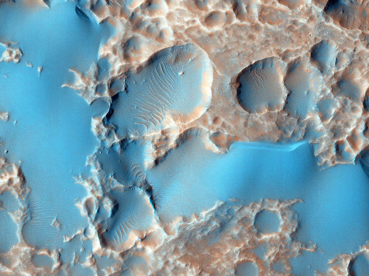 Los agujeros que se ven en esta imagen no son cráteres de impacto, sino material expulsado ...