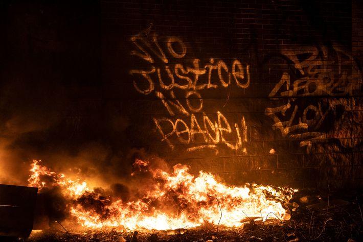 Los grafitis que expresan el apoyo de los manifestantes en un lateral de la Comisaría Tercera, ...