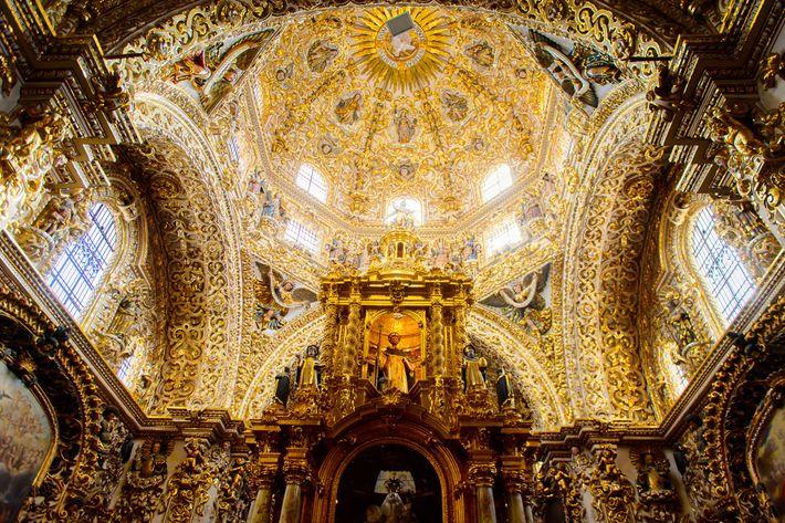 En México, la Capilla del Rosario del siglo XVII de Puebla está cubierta de pan de ...