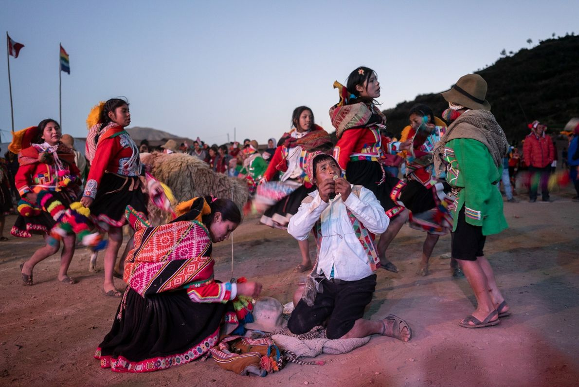 """Los miembros de la comunidad Huarahuara hacen ofrendas a la Pachamama (Madre Tierra). """"Los seres humanos ..."""