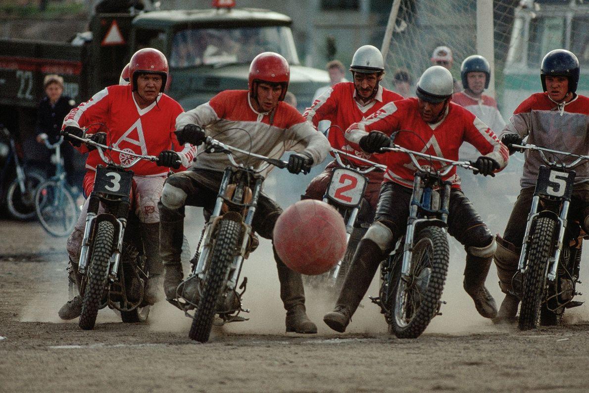 "En Siberia, Rusia, un grupo de hombres en motocicletas juegan ""motoball"", un deporte que mezcla fútbol, ..."