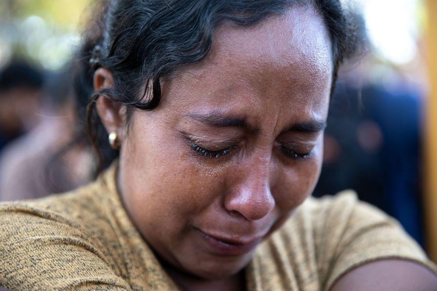 Después de soportar un mes de caminata, hambre, exposición y acoso, esta mujer fue llevada en ...