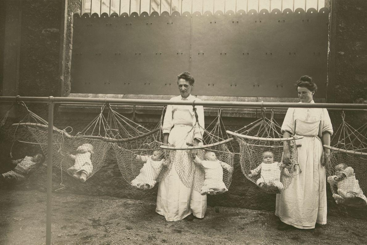 En Francia, las madres dejaban a sus bebés en guarderías mientras trabajaban para el esfuerzo de ...