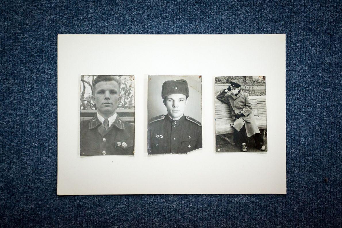 Fotografías de archivo de Yuri Gagarin cuelgan de las paredes de la escuela donde Gagarin estudió ...
