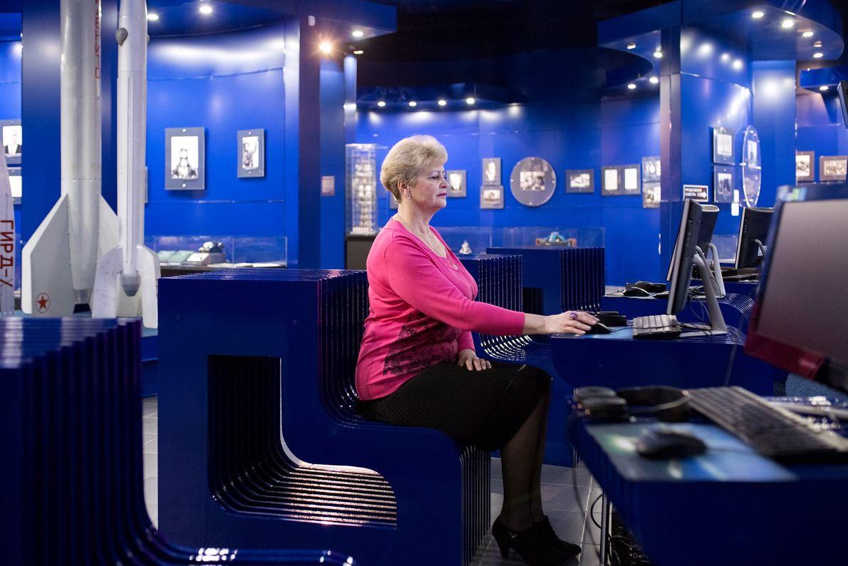 Lyudmila Demina, directora del Museo del Primer Vuelo, posa en el área de exhibición principal del ...