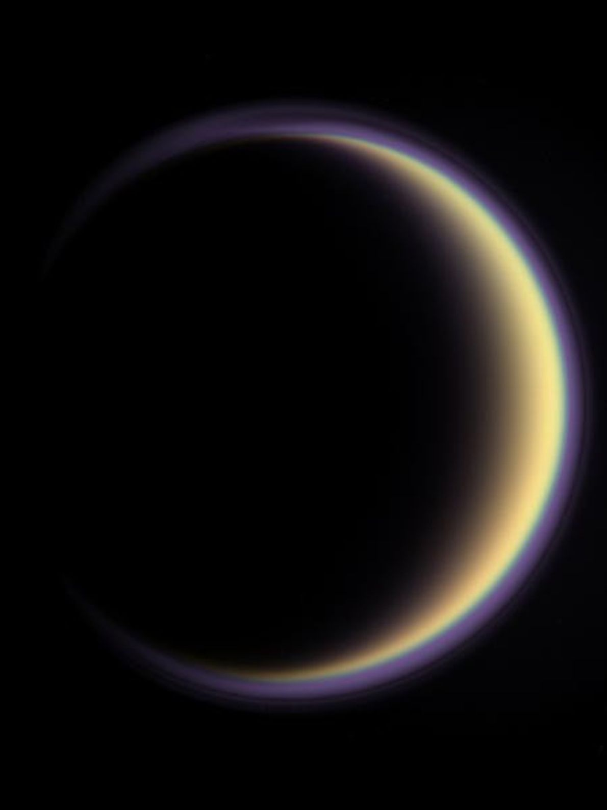 Un halo rodea a Titán, la luna más grande de Saturno. La atmósfera del satélite, casi ...