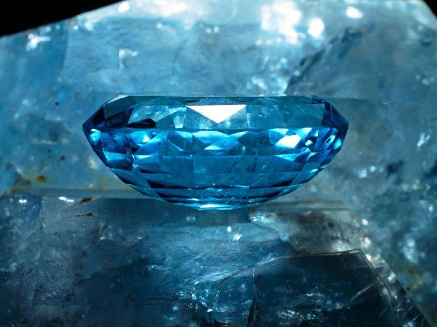Esta piedra preciosa de topacio luce una llamativa coloración azul, pero el mineral también existe en ...