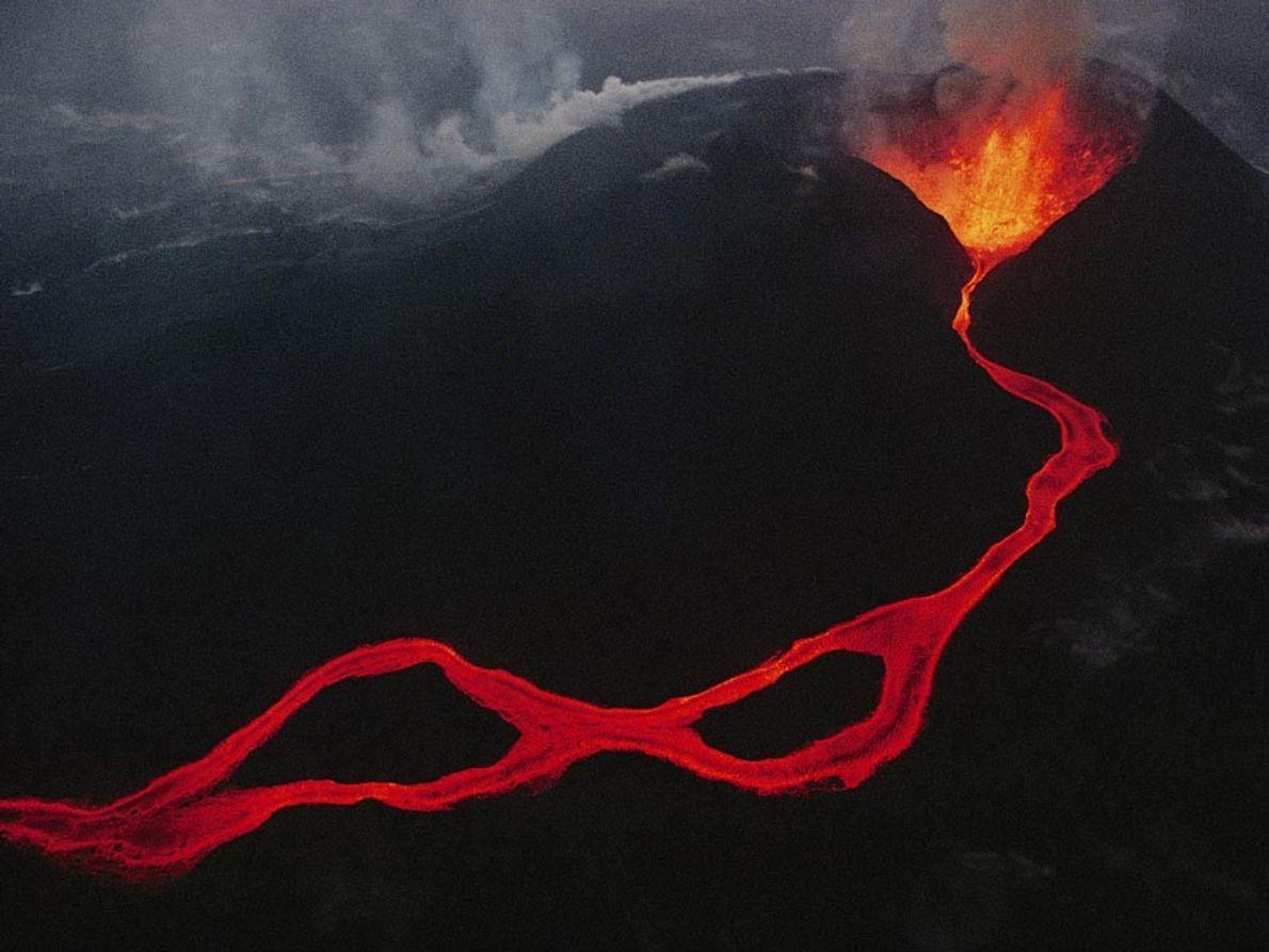 Lava que sale de una fisura en las montañas Virunga, República Democrática del Congo. La cadena ...