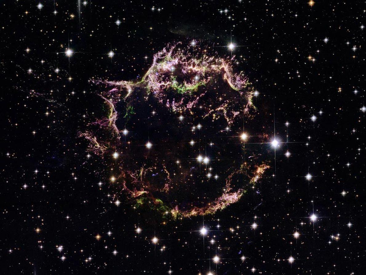 Esta imagen del Telescopio Espacial Hubble ofrece una visión íntima de los restos tenues de la ...