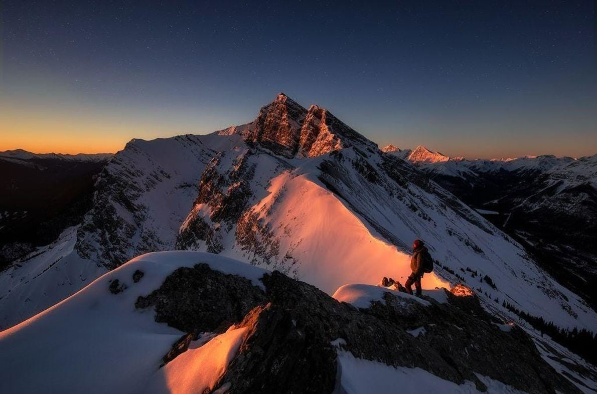 Un amanecer épico desde la cima del pico Ha Ling, en Canadá. Fueron más de dos ...