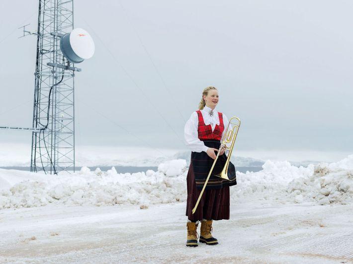 Una mujer se toma un descanso de las celebraciones del Día de la Independencia de Noruega ...