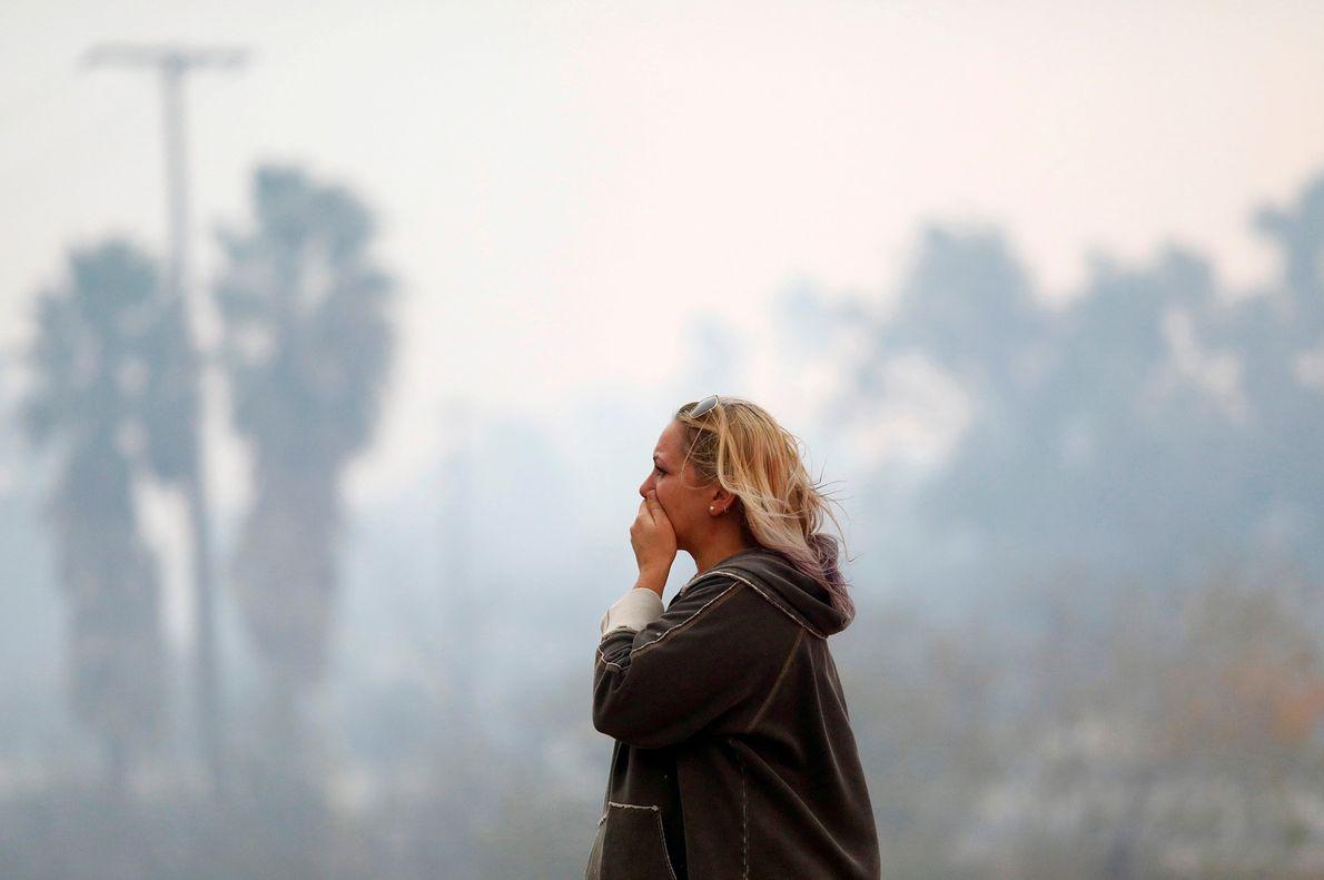 Una mujer en el incendio de Woolsey en Malibú, California, el 9 de noviembre. El incendio ...