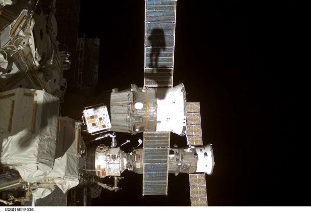 """En el 2013, el astronauta Clayton C. Anderson compartió esta selfie """"sombra"""" tomada en el 2007 ..."""