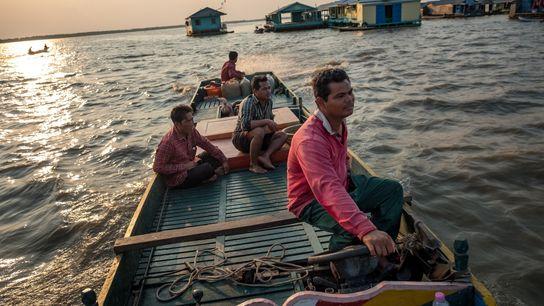 Un pescador pasa por un pueblo flotante en Tonle Sap. Muchos residentes que viven en el ...