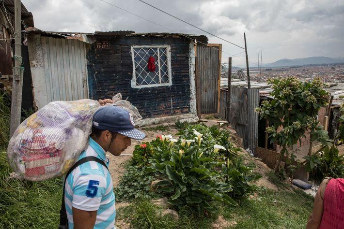 Josef Villareal camina hacia la casa que comparte con su esposa y varios hijos en un ...