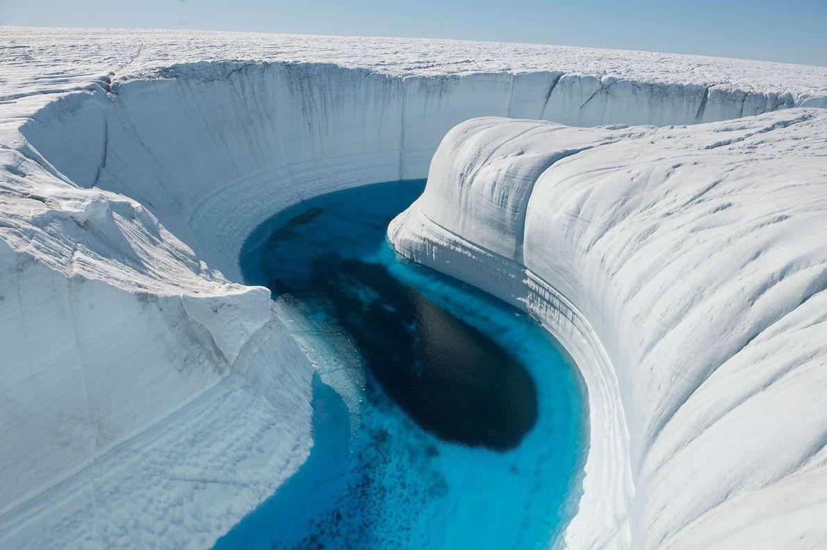Esta agua de deshielo ha marcado un barranco de 46 metros de profundidad en la capa ...