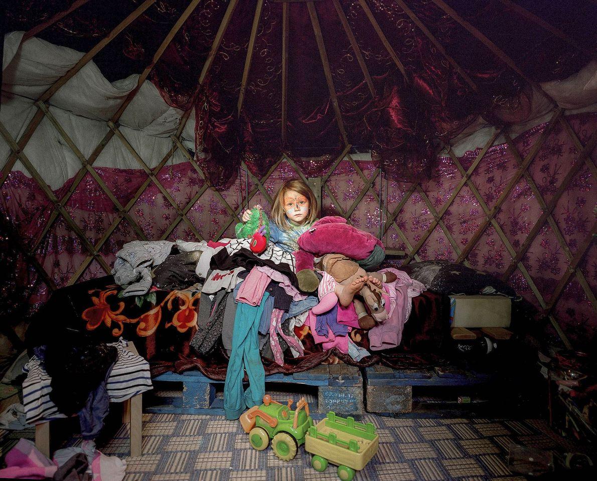 Una niña de cinco años está sentada en una yurta que comparte con su padre. Después ...
